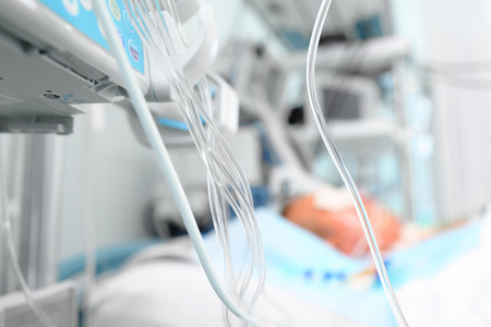 hose: Medicamentos en la UCI. Líneas medicinales junto a la cama del paciente Foto de archivo