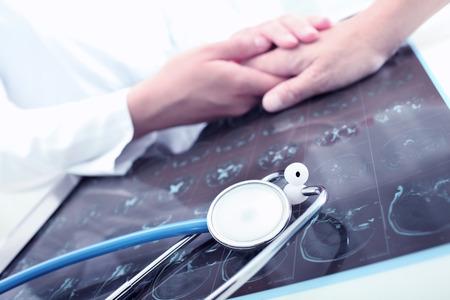 paciente: Médico-paciente reconfortante en su oficina
