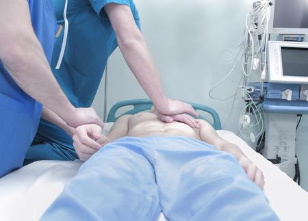 sobredosis: Patient`s reanimación cardiopulmonar en el hospital Foto de archivo