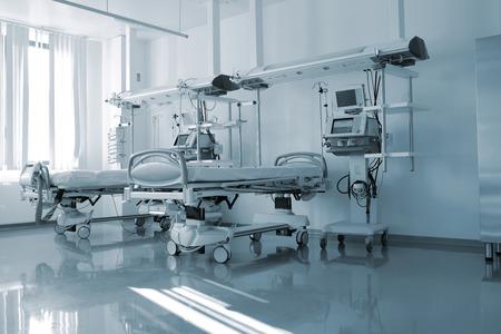 hospitales: camas vacías en la sala de un hospital moderno Foto de archivo