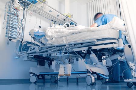Prendre soin intensif du patient à l'hôpital Banque d'images - 47050172