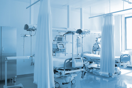 개인 병동에서 빈 침대