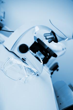 investigando: Vasos de investigador en el primer plano de laboratorio moderno Foto de archivo