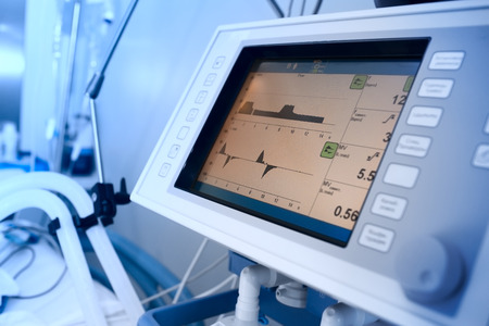 persona respirando: Seguimiento de paciente ventilado mecánicamente en el hospital Foto de archivo