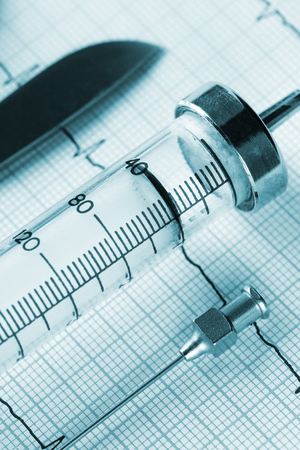 medische instrumenten: Old medical instruments and cardiogram Stockfoto