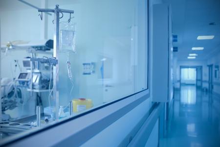 Kamer met de apparatuur en de gang in het ziekenhuis Stockfoto