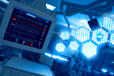 equipos medicos: Cardiomonitoring del paciente en quirófano en el hospital