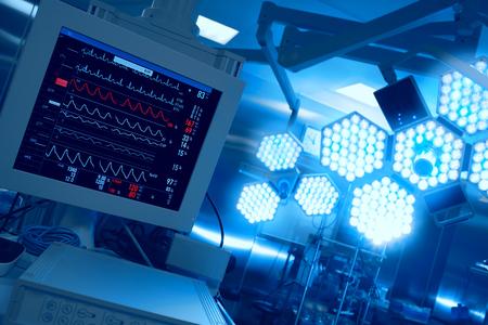 Cardiomonitoring van de patiënt in de operatiekamer in het ziekenhuis Stockfoto - 49131175