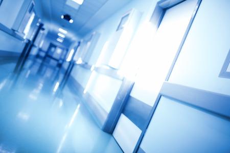 Unfocused medizinischer Hintergrund des Korridors im Monochrom. Standard-Bild - 50697084