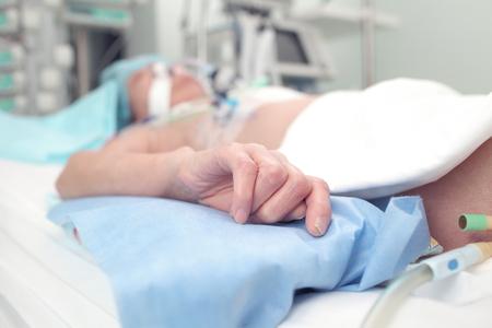 ICU のベッドで栄養失調の患者。