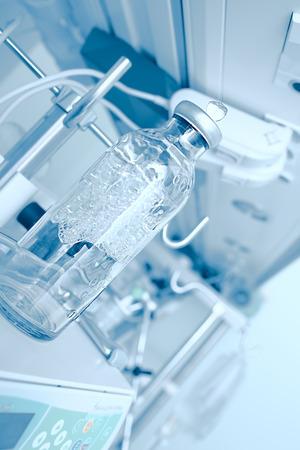 balanza de laboratorio: modernos equipos de laboratorio con una botella de cristal en Foto de archivo