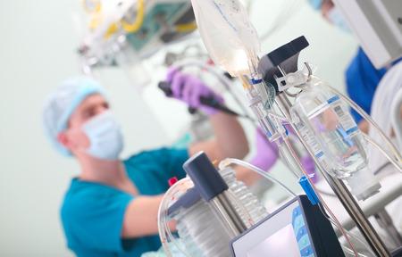 Médico-endoscopista en la operación en el hospital. Foto de archivo