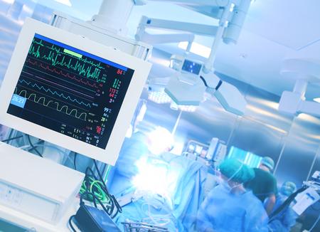 病院での手術中の心拍数を監視します。