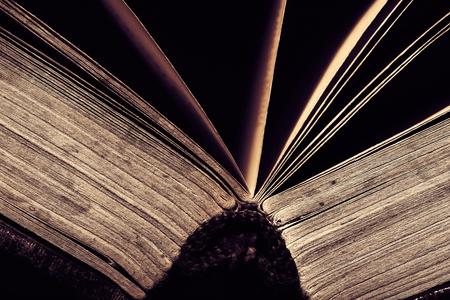Spine du livre ouvert sur baclground noir