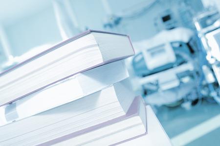 Stapel boeken op een achtergrond van ziekenhuispatiënt bedden Stockfoto - 54221425