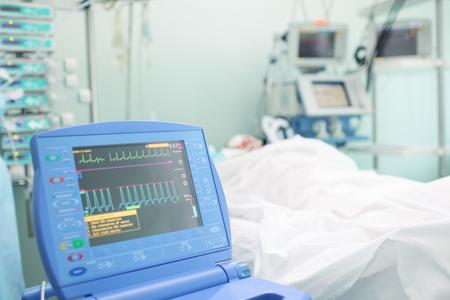 enfermedades del corazon: Monitor de coraz�n junto a la cama del paciente. Foto de archivo
