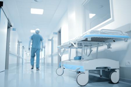 trabajo social: Caminar médico en el largo camino en el departamento del hospital.