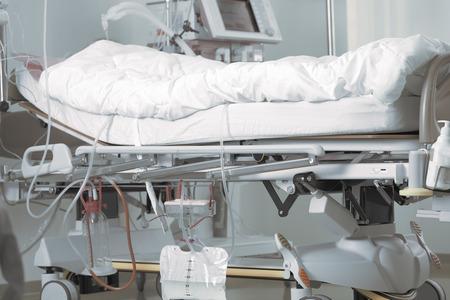 cama del paciente en la unidad de cuidados intensivos