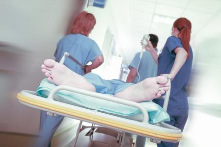 ambulancia: Los primeros auxilios a la v�ctima del accidente en la sala de emergencias. Foto de archivo