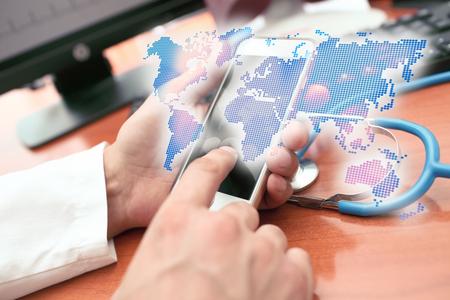 의료 개업의 손에 세계지도의 홀로그램 표현 스톡 콘텐츠