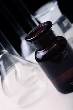 metodo cientifico: laboratorio químico con los frascos macro Foto de archivo