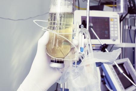 botella de solución médica en manos de la enfermera.