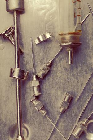 medical instruments: dụng cụ y tế của thế kỷ trước.