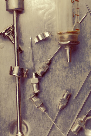 oxidado: instrumentos médicos del siglo pasado.