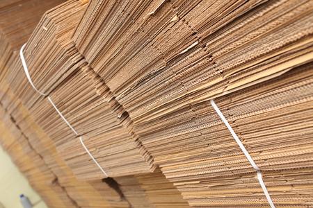 boite carton: Stockpiles de carton dans l'imprimerie. Banque d'images