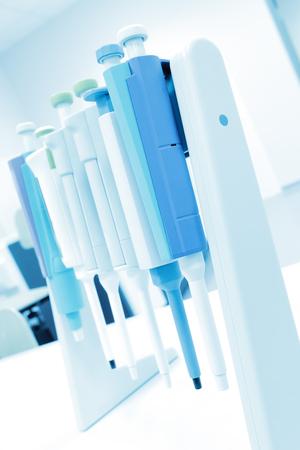 goteros: Conjunto de goteros electrónicos en laboratorio.