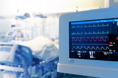 중환자 실에서 환자의 심장 모니터링.