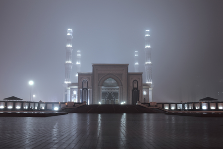 Entrance to the mosque in mysterious foggy night. 版權商用圖片