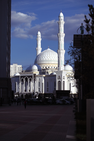 Mosque from the shadow of the modern city. 版權商用圖片