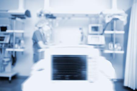 Trabajador en la unidad de cuidados intensivos, fondo fuera de foco. Foto de archivo
