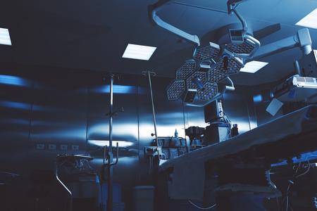 Colores sombríos de un quirófano nocturno listo para recibir a un paciente Foto de archivo - 76465769
