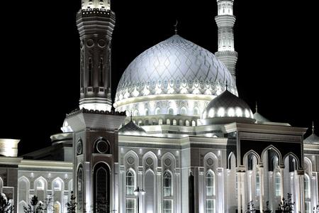Night urban scene with illuminated mosque. 版權商用圖片
