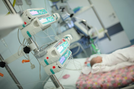 Child in the intensive care unit. 스톡 콘텐츠