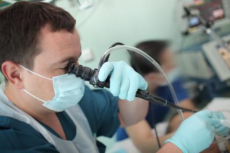 El doctor masculino realiza un examen a un paciente. Foto de archivo - 82602377