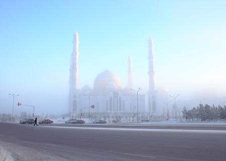 Fumed winter street around the mosque. 版權商用圖片
