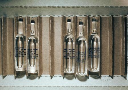 Ampules in the open package (sodium chloride, best before). 版權商用圖片