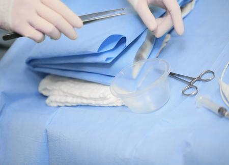 Verpleegkundige voorbereiden van de chirurgische kleedkamer. Stockfoto