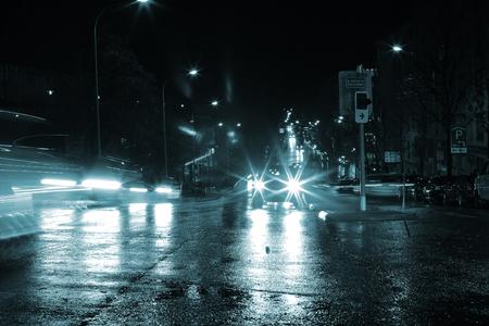 夜車のライトがまばゆいばかり。 写真素材