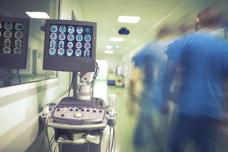 Mannelijke arts die zich in de ziekenhuisgang aan de noodpatiënt haast. Stockfoto - 92779284