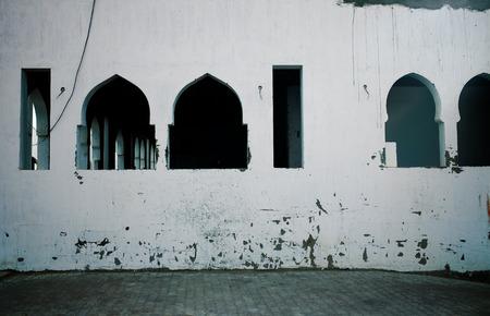 Maison abandonnée avec des fenêtres dans le style arabe Banque d'images - 98031302
