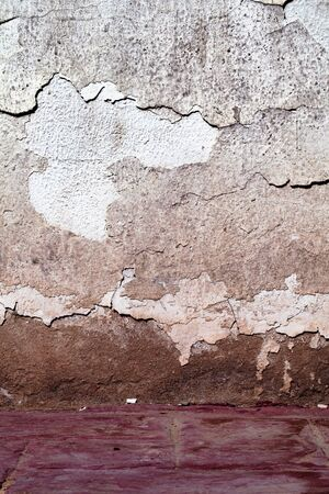 Weathered plastered wall with deep cracks as an old texture background. Foto de archivo - 132107085