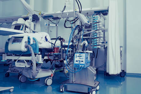 Patient in intensive care unit connected to a quantity of life-supporting equipment. 版權商用圖片