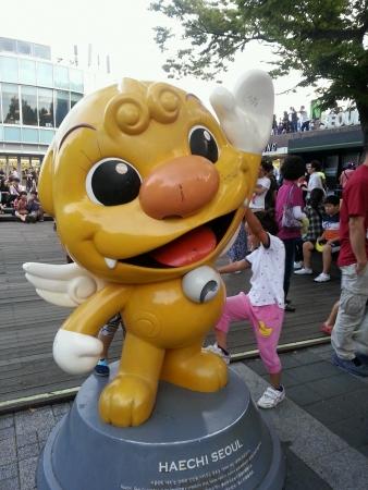 comic figur: Riesige gelbe Cartoon-Charakter