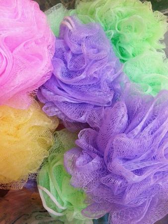 red: Esponjas de ba�o con las opciones de colores Foto de archivo