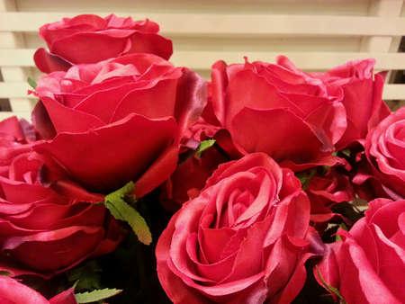 rosas rojas: Flores artificiales rosas rojas Foto de archivo
