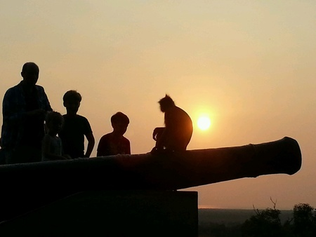 bukit: Silhouette of monkey with human during sunset